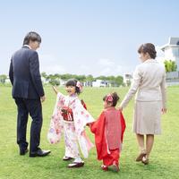 着物姿の姉妹と父母