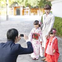 写真を撮る4人の家族