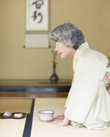 茶道をする着物姿の女性
