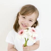 花束を持つハーフの女の子