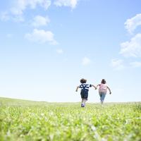 草原を走るハーフの子供