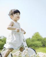 三輪車に乗る女の子