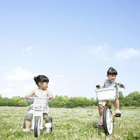 自転車に乗る姉妹