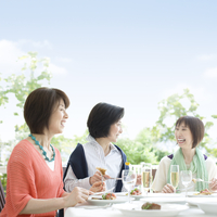 食事をする3人の中高年女性