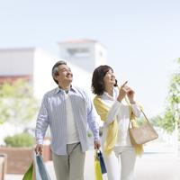 ショッピングをする中高年夫婦