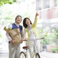 買い物袋を抱えて笑う中高年夫婦 11004104519  写真素材・ストックフォト・画像・イラスト素材 アマナイメージズ