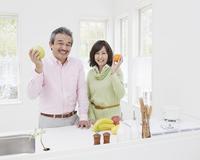キッチンに立つ中高年夫婦