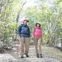 山道を歩く中高年夫婦