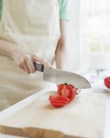 トマトを切る女性の手元 11004104669  写真素材・ストックフォト・画像・イラスト素材 アマナイメージズ