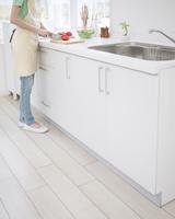 キッチンに立つ女性 11004104671  写真素材・ストックフォト・画像・イラスト素材 アマナイメージズ