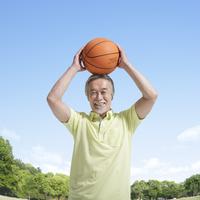 バスケットボールを持つ中高年男性 11004104736| 写真素材・ストックフォト・画像・イラスト素材|アマナイメージズ