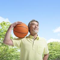 バスケットボールを持つ中高年男性 11004104737| 写真素材・ストックフォト・画像・イラスト素材|アマナイメージズ