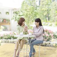 カフェテラスでお茶をする母と娘
