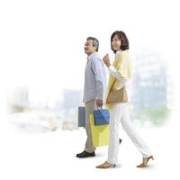 ショッピングバッグを持った中高年夫婦 11004104885| 写真素材・ストックフォト・画像・イラスト素材|アマナイメージズ