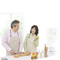 キッチンに立つ中高年夫婦 11004104891  写真素材・ストックフォト・画像・イラスト素材 アマナイメージズ