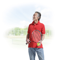 テニスラケットを持つ中高年男性