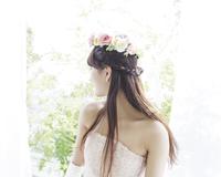 花冠をした女性