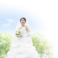 花束を持って微笑む花嫁