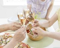 乾杯する日本人男女達の手