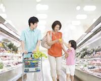 買い物する日本人親子