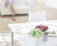 デスクとソファに座る女性 11004106517| 写真素材・ストックフォト・画像・イラスト素材|アマナイメージズ
