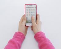 スマートフォンを持つ女性の手元