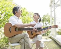 ギターを弾く祖父と孫