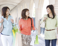 ショッピングを楽しむ3人の中高年女性