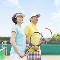 テニスをする日本人夫婦