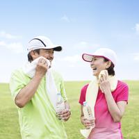 タオルで顔を拭く日本人夫婦