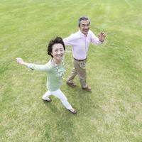 芝生の上を歩く日本人夫婦
