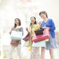 ショッピングをする女性達