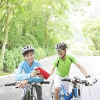 サイクリングをする夫婦
