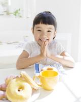 いただきますをする女の子 11004108413  写真素材・ストックフォト・画像・イラスト素材 アマナイメージズ