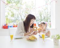 ドーナツを持つ母と娘 11004108417  写真素材・ストックフォト・画像・イラスト素材 アマナイメージズ