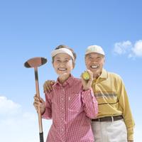 グラウンドゴルフのクラブを持って立つシニア夫婦 11004108543| 写真素材・ストックフォト・画像・イラスト素材|アマナイメージズ