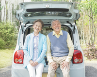 寄り添って座るシニア夫婦 11004108565  写真素材・ストックフォト・画像・イラスト素材 アマナイメージズ