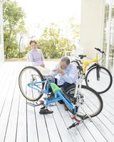 自転車の整備をするシニア男性 11004108612  写真素材・ストックフォト・画像・イラスト素材 アマナイメージズ