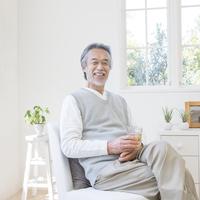 グラスを持つ日本人の中高年男性
