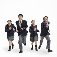走る中学生の男女