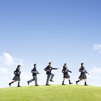 草原を歩く中学生の男女