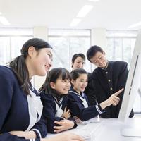 パソコンを見る中学生男女