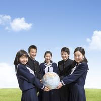 地球儀を持つ中学生男女