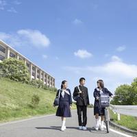 道を歩く中学生の男女