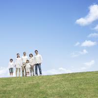 草原に立つ日本人の三世代家族