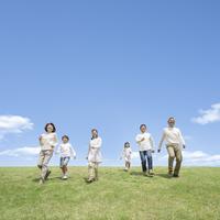 草原を歩く日本人の三世代家族 11004109175| 写真素材・ストックフォト・画像・イラスト素材|アマナイメージズ