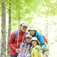 リュックを背負う日本人家族