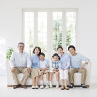 ソファに座る日本人の三世代家族 11004109223| 写真素材・ストックフォト・画像・イラスト素材|アマナイメージズ