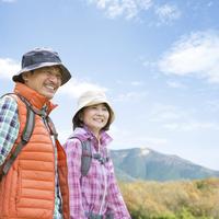ハイキングを楽しむ中高年夫婦