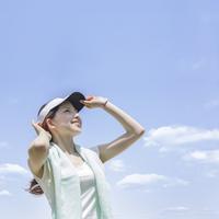 見上げる女性 11004109334| 写真素材・ストックフォト・画像・イラスト素材|アマナイメージズ